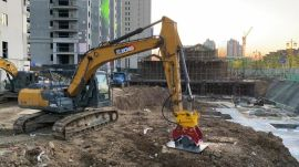 中型挖掘机220带夯实机、振动夯实回填土、夯实斜坡