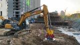 中型挖掘機220帶夯實機、振動夯實回填土、夯實斜坡