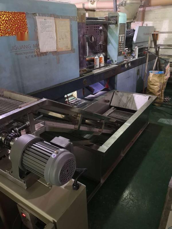 注塑机冷却爬坡输送设备,厂家直销爬坡输送机设备
