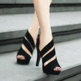 黑色簡潔女式高跟涼鞋,