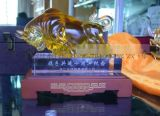 合作十周年客戶紀念品定做,琉璃牛擺件,廣州琉璃商務禮品定做