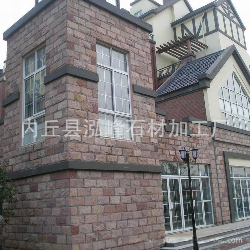 紅色的外牆磚與白色的外牆磚混合鋪貼,使整棟別墅的外牆面顯得錯