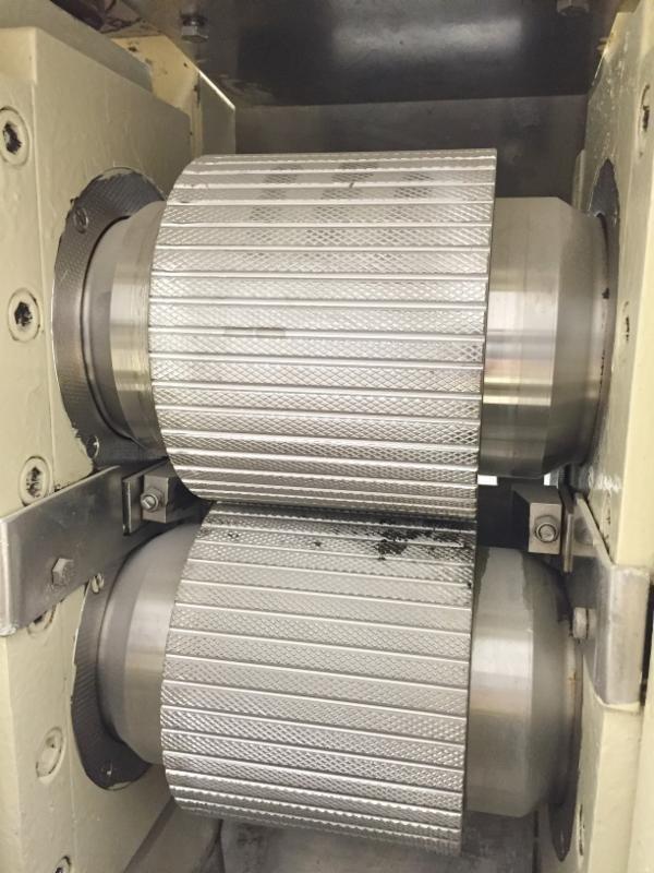 双辊挤压造粒机干法造粒过程