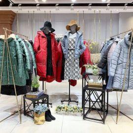 网红同款女装品牌新红莲斯折扣棉衣尾货市场