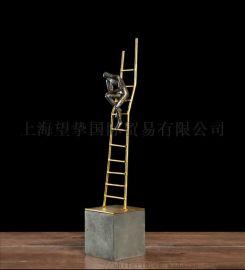 爬楼梯人物树脂大摆件