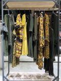 在国内开品牌女装折扣店,选址十分重要。