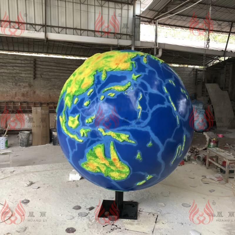 广州玻璃钢厂家定制玻璃钢足球雕塑 抽象园艺地理园雕塑定制工厂