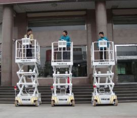 剪叉式高空作业平台车