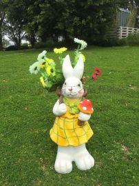 广东卡通人物兔子摆件厂家 清远玻璃钢动物雕塑价格