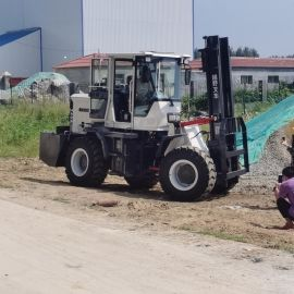 厂家   四驱山地越野叉车 多功能起重搬运越野叉车