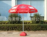 蓝色连体折叠桌椅和太阳伞组合 可移动的户外桌椅与广告大伞