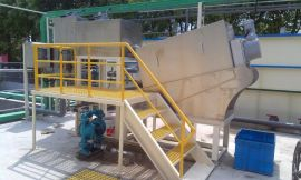 富日高效耐磨叠螺污泥脱水机。