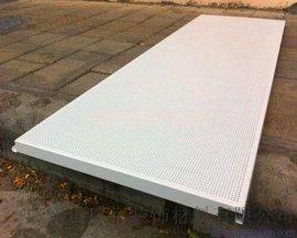 镀锌钢板车间生产冲孔实拍图