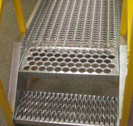 铁板鳄鱼嘴防滑板/起鼓型防滑板/锯齿式防滑冲孔板