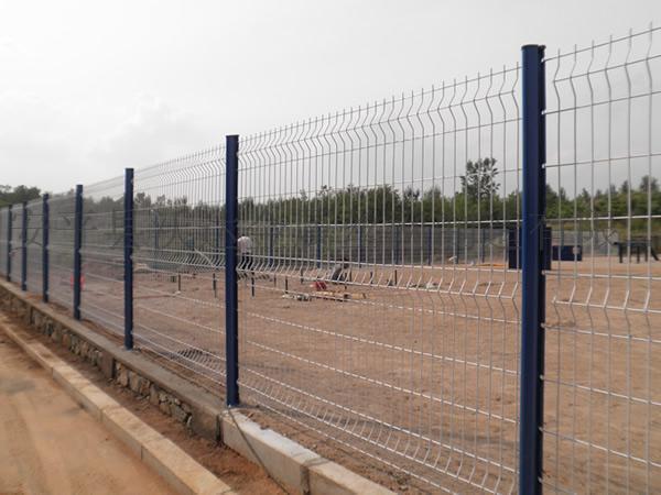 河北沃達護欄網 工廠圍欄 防盜性能的桃形柱掛鉤式三角折彎護欄網