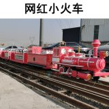 美食街上的网红小火车骑乘式小火车颜值高吸引人流量