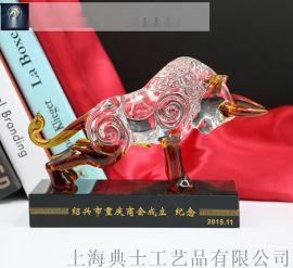 供应商会成立周年纪念品,水晶牛商会换届摆件定做设计