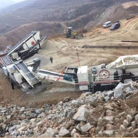 柴油带汽车移动破碎机,移动矿山碎石机