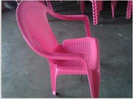 红色塑料椅子