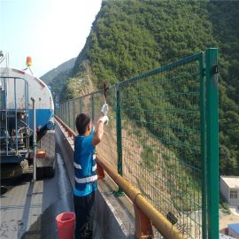 天津市绿色浸塑桥梁防抛网焊接高速公路护栏网厂家