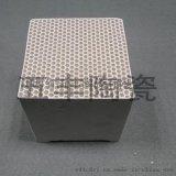 剛玉莫來石蜂窩陶瓷是一種優質的耐火、耐磨產品,它具有膨脹均勻、熱震穩定性極好、荷重軟化點高、高溫蠕變值小、硬度大、抗化學腐蝕性好等特點。 應用範圍:工業廢氣的淨