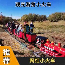 电动有轨观光小火车在景区农庄里跑的很开心