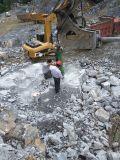 大型岩石分裂机单次可劈6个立方的大石块
