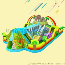 江苏南京公园摆放了大型儿童充气城堡吸引来好多小朋友