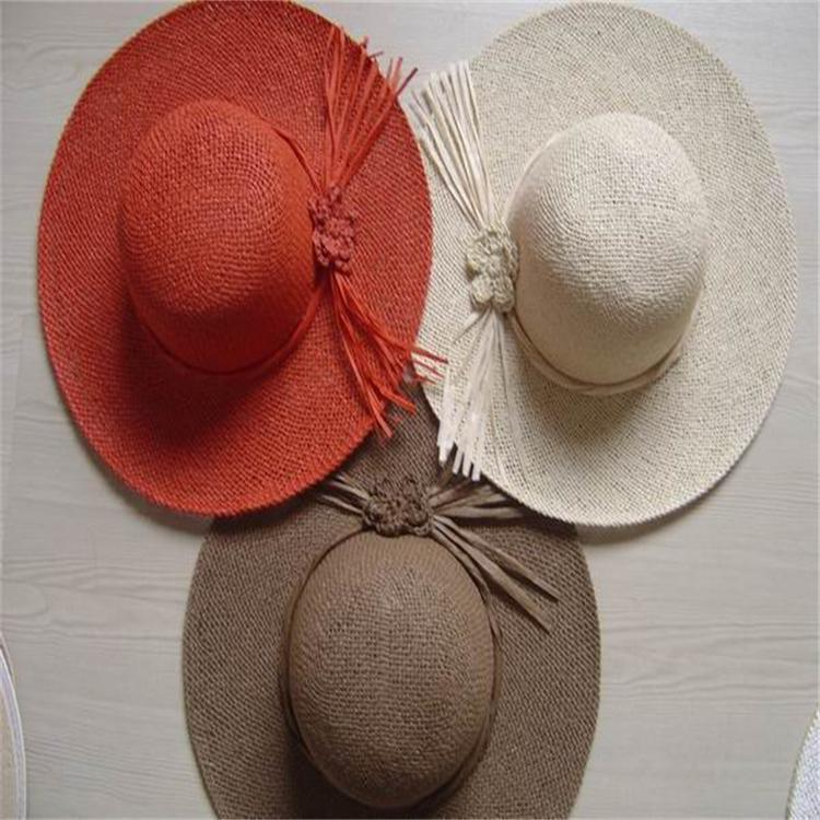 手工編織顏色各異的 紙繩大沿帽