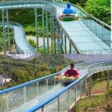 景区夏季定制高空玻璃水滑道吸引大批游客打卡玩耍