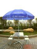 连体折叠桌椅和太阳伞组合 可移动的户外桌椅与广告大伞