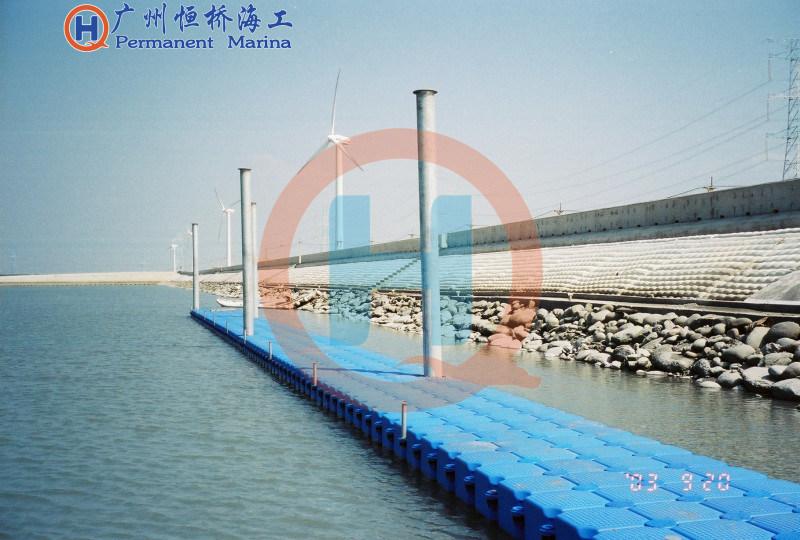 新艺塑料浮筒浮桥景观木栈道水上行走平台通车浮桥