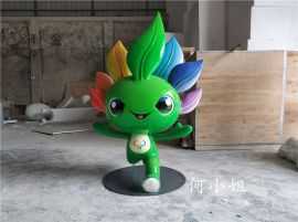 由七种颜色制作而成的创新吉祥物公仔玻璃钢雕塑