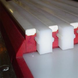 聚乙烯耐磨制品,链条保护专用聚乙烯轴套,聚乙烯滑块厂家   超高分子量聚乙烯导轨条