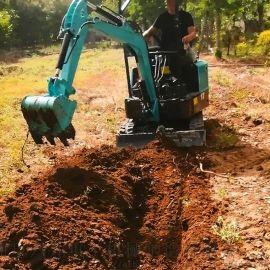 20型小型挖掘机报价图片 自走式果树挖坑机 六九重