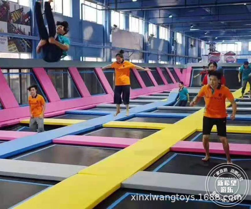 山東蹦牀公園1000平米 斜面扣籃跳跳牀 成人健身酷跑蹦牀樂園設施