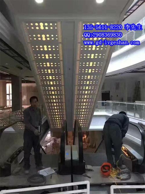 商场扶梯铝板安装图 扶梯铝板镂空.jpg