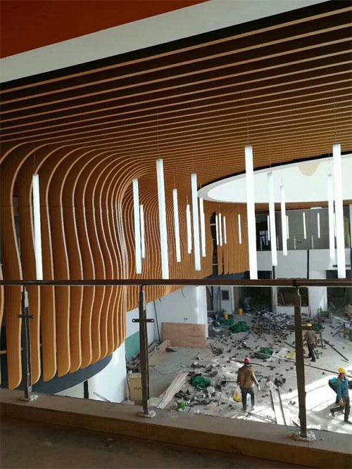 木纹铝方通造型 铝板方通定制 异型铝板墙身.jpg