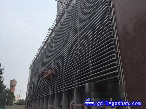 V型铝方通幕墙 外墙铝型材安装图  碳铝方通定制.jpg