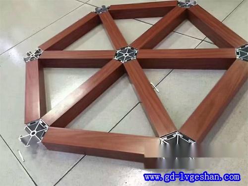 三角木纹铝格栅 铝制三角格栅天花 铝格栅天花造型