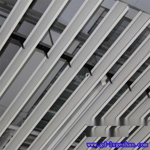 铝合金条形挂片 铝挂片吊顶价格 铝垂片天花.jpg
