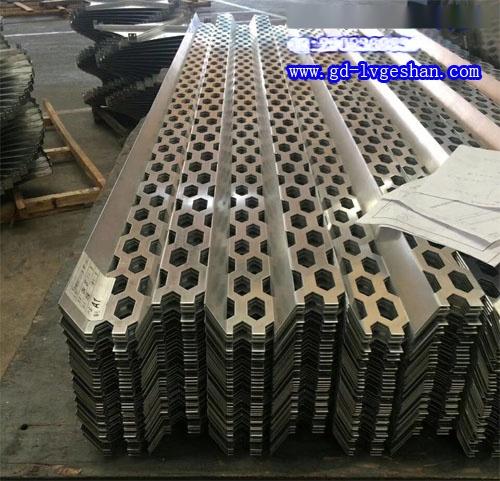 穿孔凹凸铝板 异形铝板穿孔 铝长城板厂家.jpg
