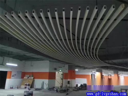 弧形铝方通吊顶贴图 铝方通天花造型 铝方通定制