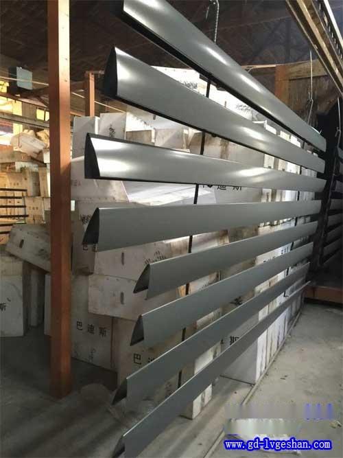 V型挂片天花 铝合金挂片 铝挂片吊顶.jpg