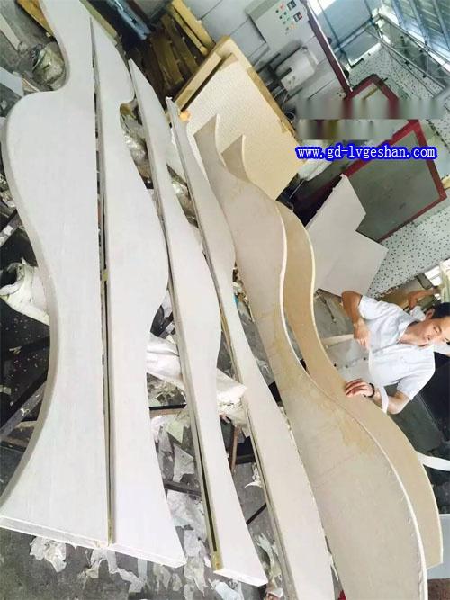 造型木纹铝方通 铝方通吊顶厂家 波浪形铝方通.jpg