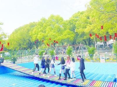 山东青岛大型彩虹色网红桥充气气垫厂家定做828126582