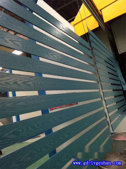 3D木纹铝通厂家 木纹铝方通生产商 3D手感木纹铝方管.jpg