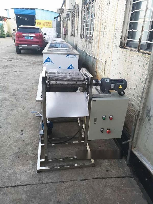 注塑机冷却爬坡输送设备,厂家直销爬坡输送机设备128141435