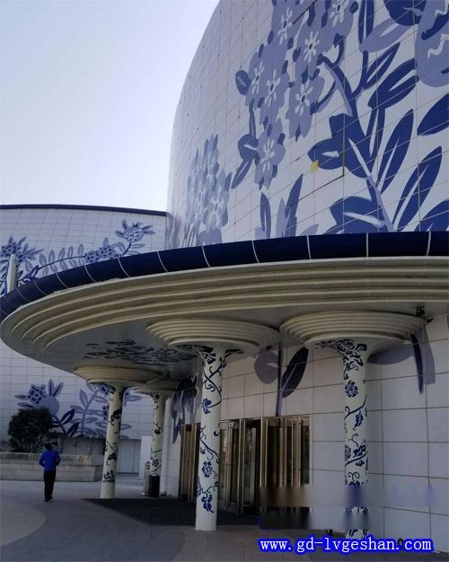 仿青花瓷铝单板包柱造型 幕墙铝单板图片.jpg
