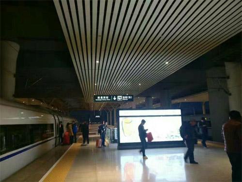 铝条天花厂家 铝方通吊顶 高铁站铝天花.jpg
